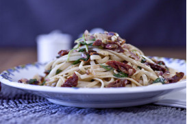Linguine with sun-dries tomatoes, fresh arugula and pine nuts