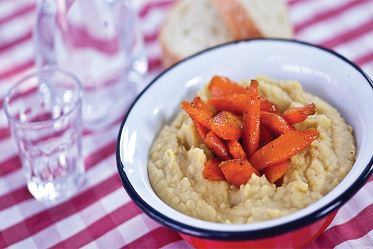 Split yellow peas with sugar glazed carrot sticks and curry