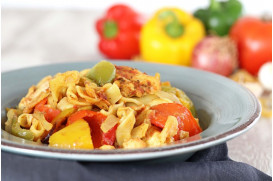 Chicken bites with colorful peppers, fresh thyme and Greek traditional chylopites pasta